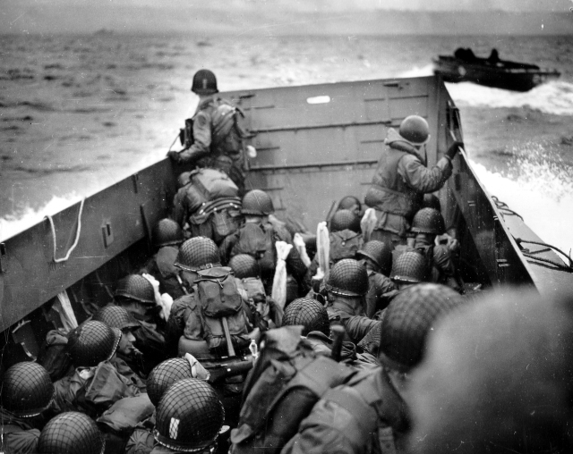 Omaha_Beach_Landing_Craft_Approaches